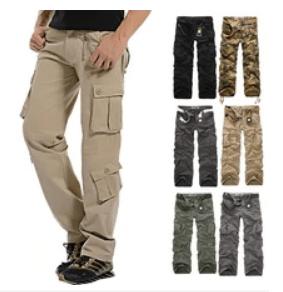 Calça do tipo militar com vários bolsos